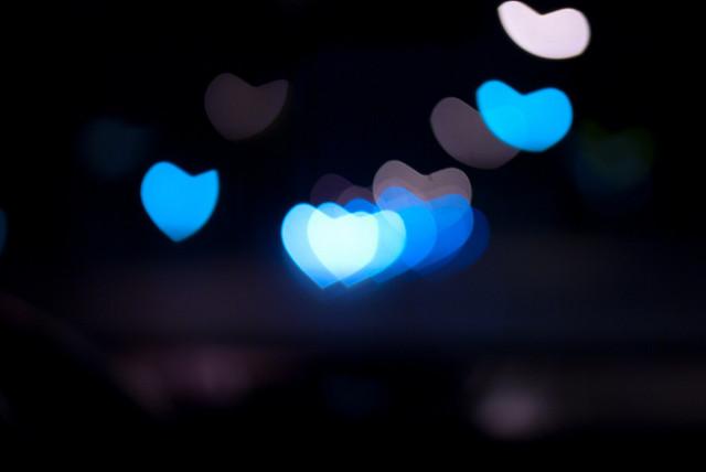 Photo de petit coeurs bleus sur fond noir