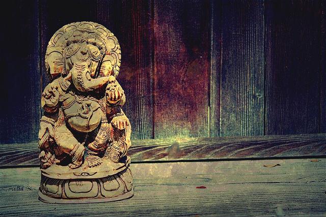 Sculpture en bois de Ganesh sur fond sombre