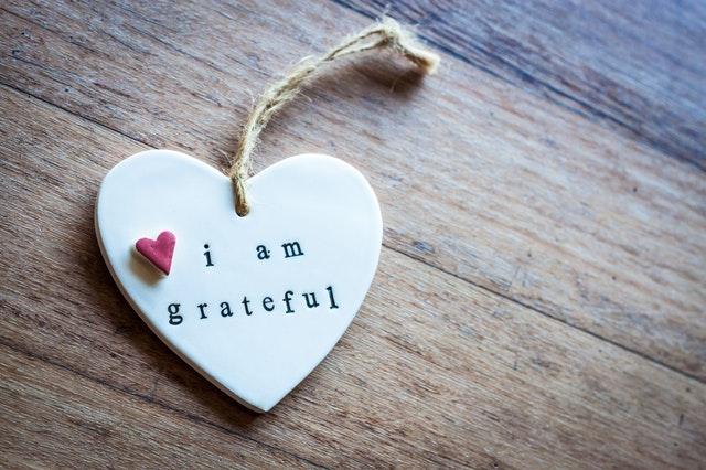 """Petit coeur en céramique sur lequel est écrit """"I am grateful"""""""